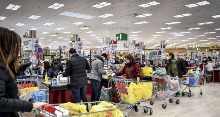 Χαμός στα σούπερ μάρκετ! Αδειάζουν τα ράφια, ουρές στα ταμεία (Φωτό)