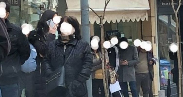 Αγρίνιο: Δεκάδες πολίτες σχημάτισαν ξανά «ουρά» στην Τράπεζα εν μέσω πανδημίας! (Φωτό)