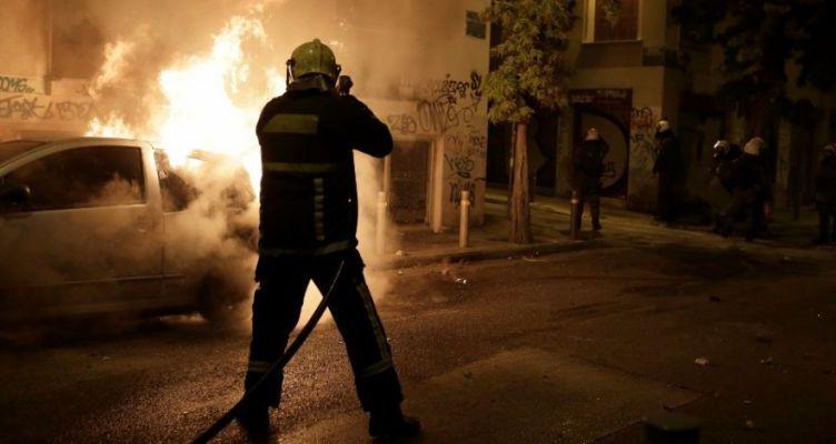 Μεσολόγγι: Κάηκε ολοσχερώς το αυτοκίνητο που οδηγούσε μεθυσμένος και τράκαρε