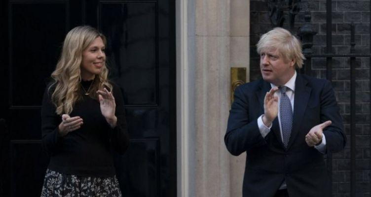 Οι Βρετανοί χειροκροτούν τους νοσηλευτές για 8η συνεχόμενη εβδομάδα