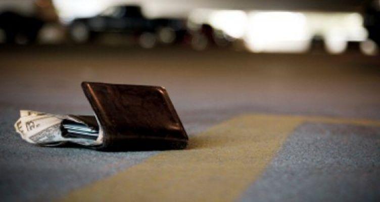 Αγρίνιο: Σύζυγος αστυνομικού βρήκε και παρέδωσε πορτοφόλι με ποσό 5.οοο ευρώ