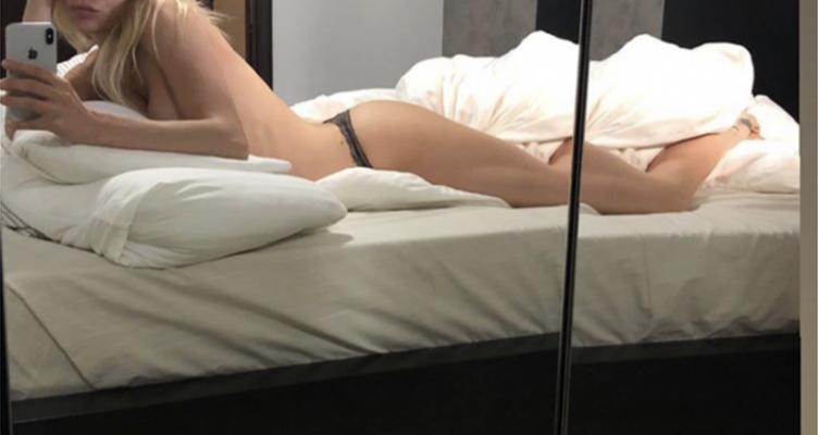 Η Ευρυδίκη του «My Style Rocks» ποζάρει ημίγυμνη στο κρεβάτι της