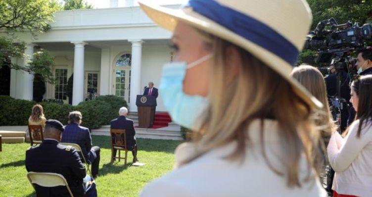 Θετικός στον ιό θαλαμηπόλος του Τραμπ – Με μάσκες μέλη του προσωπικού του Λευκού Οίκου