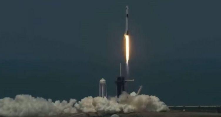 Η πρώτη ιδιωτική επανδρωμένη πτήση ταξιδεύει προς τον ISS