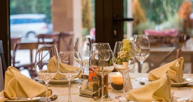 Εστίαση: Αντισηπτικά στα τραπέζια, αλατοπίπερο μιας χρήσης και τραπέζι 5 ατόμων