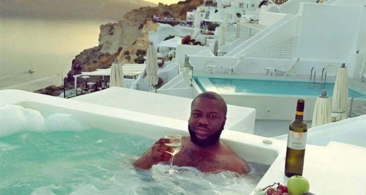Influencer έκλεψε 350 εκατ. λίρες από followers: Έκανε χλιδάτες διακοπές στη Σαντορίνη
