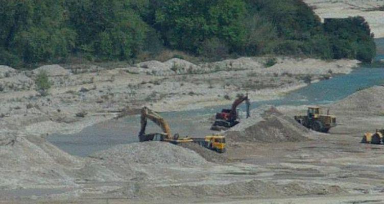 Για παράνομη αμμοληψία συνελήφθησαν τέσσερα άτομα στη Ναύπακτο