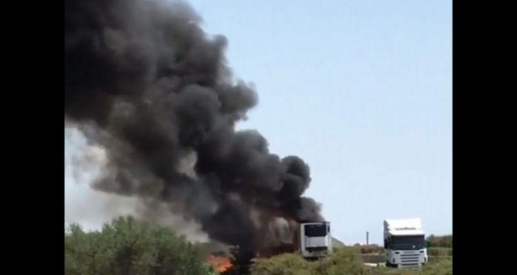Αιτωλικό: Καίγεται φορτηγό στην Ιόνια Οδό (Φωτό)