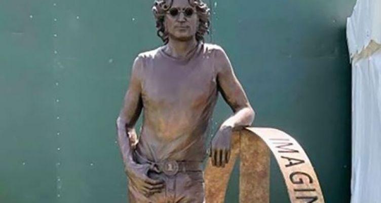 Άγαλμα του Τζον Λένον σε περιφορά για τα 80α γενέθλιά του