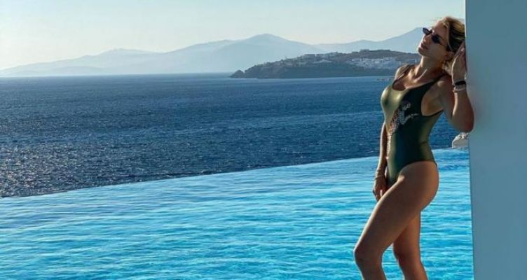Η Κωνσταντίνα Σπυροπούλου περνά ξέγνοιαστες στιγμές στο νησί των Ανέμων