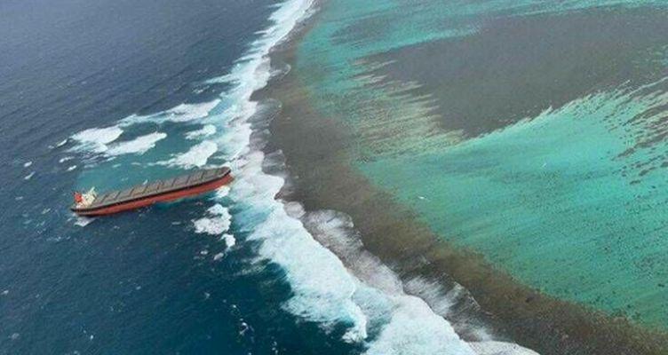 Τάνκερ 300 μέτρων κόλλησε σε ύφαλο – Εντυπωσιακό βίντεο