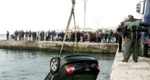 Παρκαρισμένο Ι.Χ. κύλησε και βρέθηκε στην θάλασσα (Φωτό&Βίντεο)
