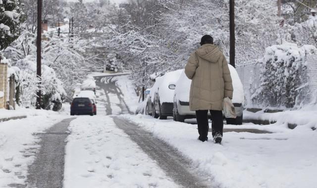 Χιόνια, ισχυροί άνεμοι και τσουχτερό κρύο – Περιοχές που ντύθηκαν στα «λευκά»