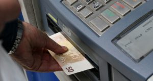Aπό σήμερα σημαντικές αλλαγές στις χρεώσεις αναλήψεων από τα A.T.M.