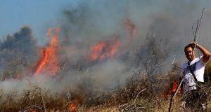 «Γυμνοί» οι πυροσβέστες! – Ρίχνονται στη μάχη με τις φλόγες…