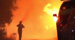 Εφιαλτική νύχτα στις Μαριές: Μάχη με τις φλόγες δίνουν πυροσβέστες…