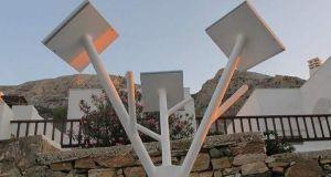 Στη Σίφνο φορτίζουν κινητά και τάμπλετ από ηλιακό δέντρο στο…