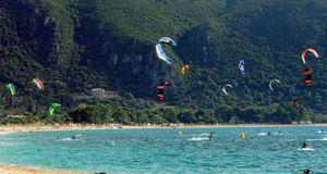 Λευκάδα: Τραυματισμός 17χρονης κατά το χειρισμό kite surf στους Μύλους!