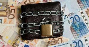 Επιστρέφουν οι κατασχέσεις για χρέη στην Εφορία – Κινδυνεύουν κι…