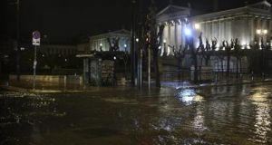 Μπουρίνι «χτύπησε» Αθήνα, προάστια, Πειραιά και Αίγινα – Δεκάδες κλήσεις…