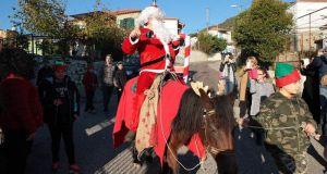 Ο Άγιος Βασίλης ήρθε πάνω σε άλογο στο Ελαιόφυτο!!! (Φωτό)