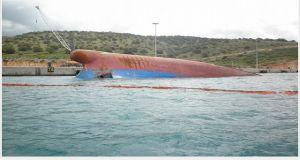 Aνέλκυση του πλοίου «Γεράσιμος» στο Πλατυγιάλι (Βίντεο)