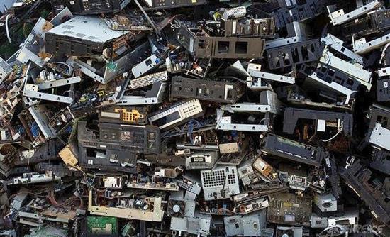 Τα παγκόσμια ηλεκτρονικά απόβλητα το 2016 ζύγιζαν όσο 4.500… πύργοι του Άιφελ!