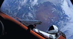 Το κατακόκκινο ηλεκτρονικό αυτοκίνητο που… βολτάρει στο διάστημα