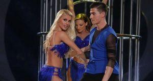 DWTS6 – 8o live: Όλγα Πηλιάκη-Μορφούλα Ντώνα σε σέξι χορό…