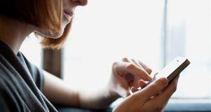 Στα 5,9 δισεκατομμύρια οι συνδρομητές κινητής τηλεφωνίας το 2025