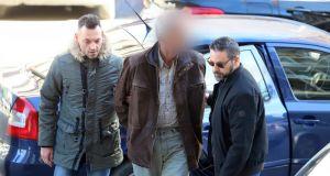 Στον ανακριτή ο 58χρονος που κρατούσε ομήρους τα δυο του…