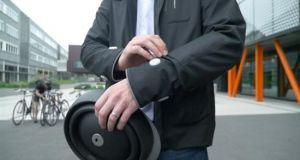 Ποδηλατικό μπουφάν κατευθύνει τους αναβάτες και επισημαίνει την παρουσία τους…