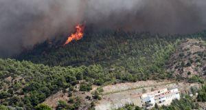 Υπό έλεγχο η πυρκαγιά σε δασική έκταση στα Αμπέλια Παρακαμπυλίων…