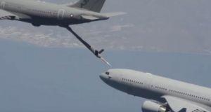Μοναδικές εικόνες από τον πρώτο αυτόματο ανεφοδιασμό αεροσκάφους (Βίντεο)