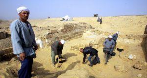 Σπουδαία ευρήματα σε ανασκαφή στην Αίγυπτο – Βρέθηκε επιχρυσωμένη μάσκα…