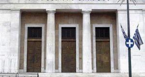 ΤτΕ: «Βιώσιμο το χρέος τουλάχιστον μεσοπρόθεσμα» – Καμπανάκι για τα…