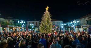 Φωταγωγήθηκε το Χριστουγεννιάτικο δένδρο στο Θέρμο (Φωτό)