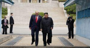Πάτησε Βόρεια Κορέα ο Ντόναλντ Τραμπ! Ιστορική χειραψία με τον…