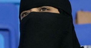 Σαουδική Αραβία: Χαλαρώνει τους ταξιδιωτικούς περιορισμούς για τις γυναίκες
