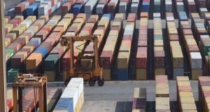 Σήμα κινδύνου εκπέμπουν οι ελληνικές εξαγωγές