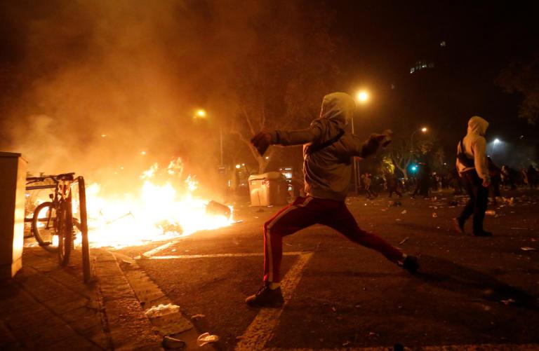 Βαρκελώνη: Άγρια επεισόδια στην πόλη – Εκατοντάδες διαδηλωτές πυρπόλησαν κάδους
