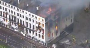 Φωτιά σε ξενοδοχείο στη Βρετανία: Όλο το κτίριο έχει τυλιχθεί…