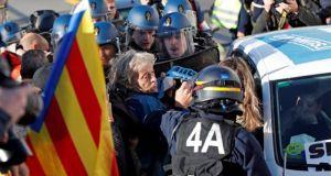 Ισπανία: Η γαλλική αστυνομία διέλυσε συγκέντρωση υπέρ της ανεξαρτησίας της…