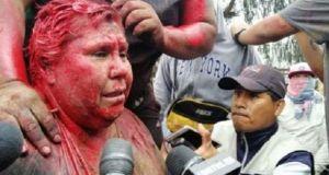 Βολιβία: Αντικυβερνητικοί διαδηλωτές έβαψαν, κούρεψαν Δήμαρχο και την έσερναν ξυπόλητη
