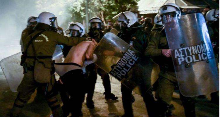 Σάλος από την φωτογραφία ημίγυμνου διαδηλωτή στα χέρια των ΜΑΤ