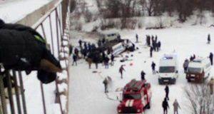 Τραγωδία στη Ρωσία: Λεωφορείο έπεσε από γέφυρα σε παγωμένο ποταμό…