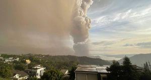 Φιλιππίνες: Ξύπνησε το ηφαίστειο Ταάλ – Εκτόξευσε στήλη τέφρας 1…
