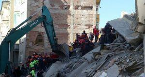 Θρήνος στην Τουρκία για τους 22 νεκρούς των 6,8 Ρίχτερ