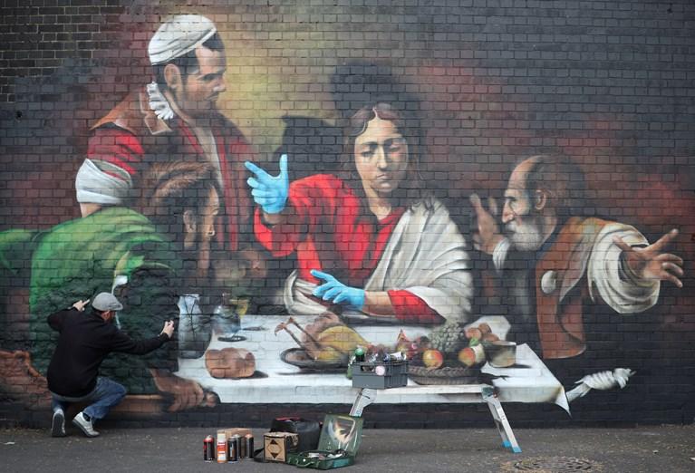 Εκπληκτικό γκράφιτι ενός έργου Καραβάτζο προσαρμοσμένο στην πανδημία