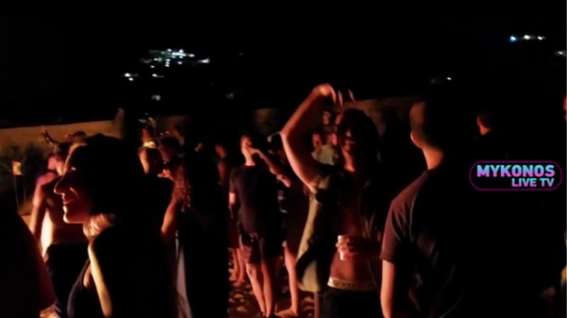 Μύκονος: Αντί-κορώνα πάρτι σε παραλία με φωτιές, ποτά και μουσική (Βίντεο)